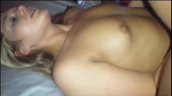 Negão safado penetrando a rola na loirinha vadia