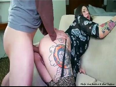 Morena tatuada levando pirocada por trás com seu rabo gostoso