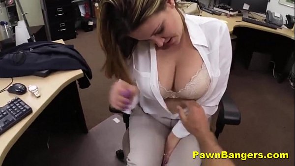 Vendedora gostosa com peitos grandes dando no escritório