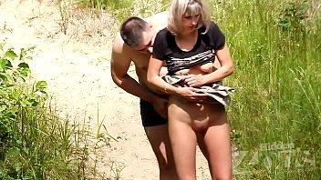 Casal safado dando uma trepada no meio do mato