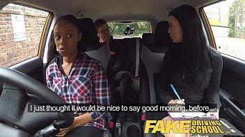 Duas  lesbicas se pegando antes de viajar