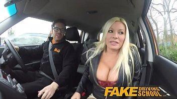 Loira em porno amador tendo um orgasmo dentro de um carro