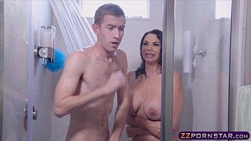 Peituda do xvideo porno no banho metendo