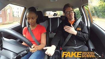 Pretinha nova em pornogratis com seu colega motorista