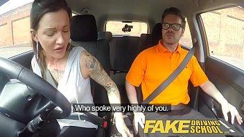 Safada em x videos com seu amigo no carro