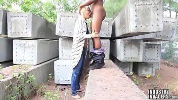 Loira com um negro em filme porno gratis no lote vago