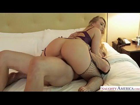 Rabuda em porno boa foda com um colega que a pega de jeito