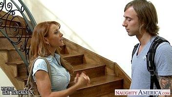 Boa mulher fazendo sexo com o conhecido da faculdade