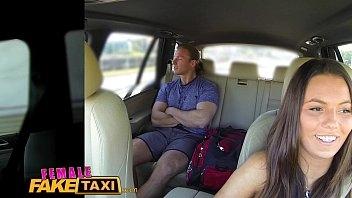 Fazendo sexo no carro com uma novinha sensacional