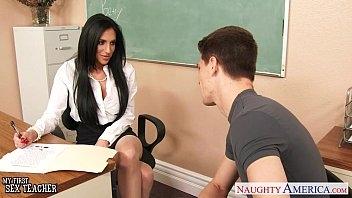 Jovem de pica dura comendo a professora
