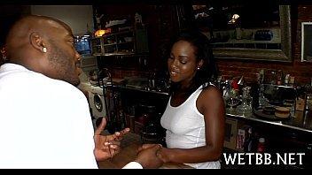 Macho em  sexo gostoso com a mulher negra no bar