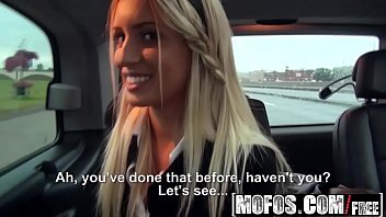 Duas novinhas no   porno amador dando dentro do carro