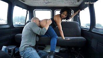 Negra safadas dentro do carro fodendo