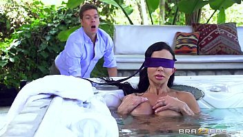 Bela mulher peituda do xxxvideo com uma rola a comendo