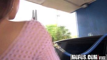 Bela  novinha de   buceta pequena se exitando no carro