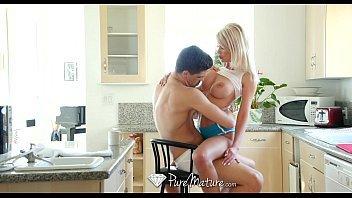 Ixxx loira dos peitos enormes fodendo na cozinha