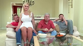 Loira quente no porno americano dando para o amigo do marido