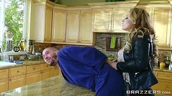 Mulher loira gostosa esta na cozinha de casa dando
