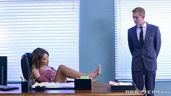 Secretaria no vídeos eróticos sendo comida