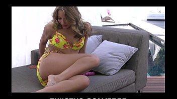 Assistir vídeo de pornô de gostosa na sala de casa se tocando