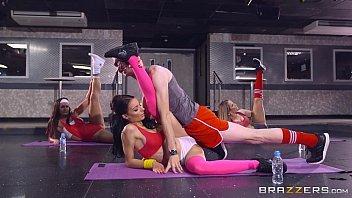 Comendo buceta da mulher da yoga bem gata