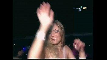 Ellen Roche esta sacudindo os peitos enquanto dança