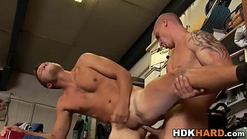 Homens dotados socando a rola um no outro