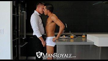 Homens nus gemendo de prazer no sexo bom demais