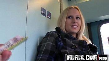 Novinha fudendo na estação de metro
