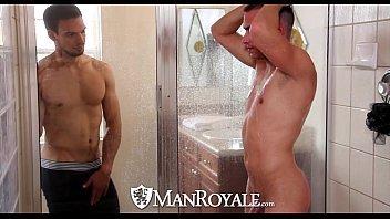 Pornô gay com amigos no banheiro fodendo