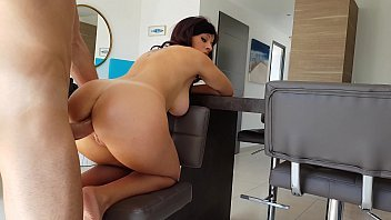 Porno safado de uma morena nua com a rola na buceta