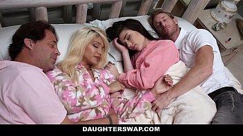 Sexo na cama de duas mulheres com seus amigos