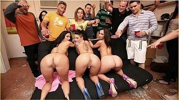 Tvzona machos em festa comendo as amigas