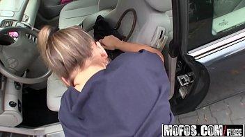 Videos pornos com jovem nua saindo do carro para meter