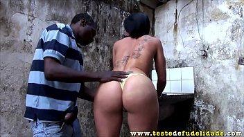 Brasileira fudendo com o negro da favela