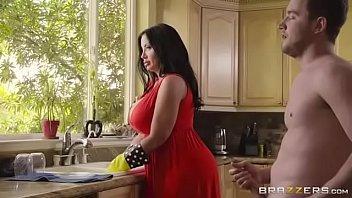 Empregada safada esta na cozinha transando
