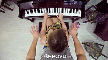 Mulher pelada fodendo com seu professor de piano