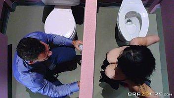 Dando o rabo para o cara comedor no banheiro do shopping