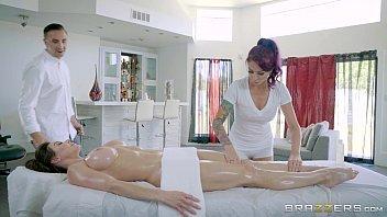 Porno a três com massagistas safados fodendo com a gostosa