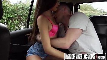 Porno animal com ninfetinha safada dando dentro do carro bem gostoso