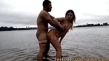 Sexo na praia de nudismo loira gostosa