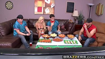 Suruba porno loira dando para vários amigos