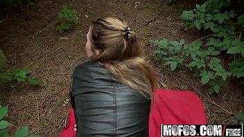 Xvideos teen gatinha safada transando na mata com esse cara comedor