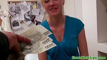 Loira safada ganhando dinheiro para meter