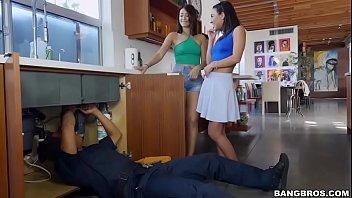 Mulheres se pegando e transando gostoso com o encanador