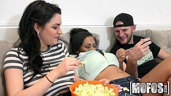 Porno a três amigas safadas dando para o cara sortudo