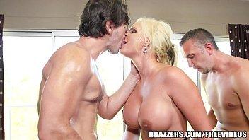 Sexo orgia loirona grossa demais dando para dois caras safados