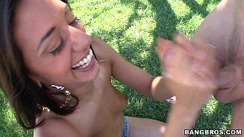 Videos de sexo em publico novinha dando na grama da praça
