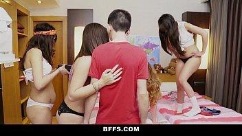 Porno suruba com novinhas safadas dando para o cara sortudo