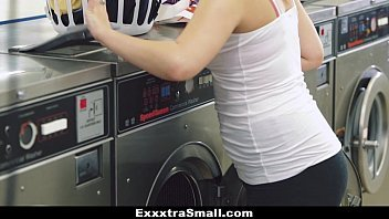 Comendo a virgem na lavanderia do hotel